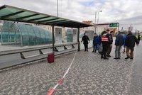 Velké manévry kvůli opuštěnému kufru! Na Hradčanské nestaví tramvaje ani metro