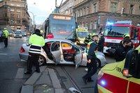 Vážná nehoda zastavila provoz u I. P. Pavlova: Tramvaj se srazila s autem, dva lidé zůstali zaklínění