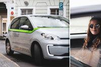 Prahu zaplavují sdílená auta: Jsou to jen přerostlé koloběžky, které překáží?