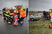 Drama po drsné srážce na Kolínsku: Hasiči nakládají těžce zraněného šoféra do vrtulníku