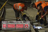 """Velké komplikace na """"céčku"""": V metru se budou měnit pražce, cestující musí počítat s výlukou"""