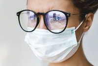 Nošení roušky a brýlí je peklo? Vyzkoušejte 6 zaručených tipů, aby se vám nemlžily!