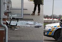 Dráty trčící ze zdi a rozsypané sklo: Gauner v Šestajovicích úplně zdemoloval bankomat! Hledá ho policie