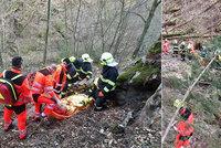 Žena (42) spadla do rokle: Záchranáři ji museli zachraňovat za pomocí vrtulníku
