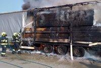 Zavřený Pražský okruh: Ve směru na letiště hořel návěs kamionu, který vezl dřevo