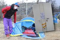 """Karanténa pro lidi bez přístřeší: Zůstávají """"doma"""" i bez domova! Charita pro ně postavila stanové městečko"""