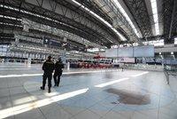 Odbavení cestujících na pražském letišti: Na přepážce před odletem nově ověřují covidové certifikáty
