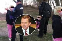 Dvě tváře strážníka, který vlepil dívce (19) facku: Zachránil život, Havla měl za »ku**vníka«