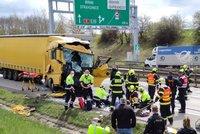 Vážná nehoda uzavřela Pražský okruh: Srazily se dva kamiony, zaklíněného řidiče museli vyprostit
