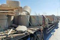 Zavřený Pražský okruh u Jinočan! Z vozu se vysypal betonový náklad, auta i motorkář do něj najeli