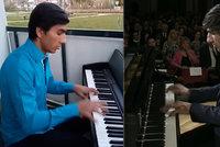 Nadějný pianista Robert děkuje první linii: Lékařům a sestřičkám hraje z balkonu