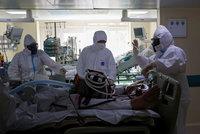 Místo potlesku výhrůžky vězením, pokuty a vyhazovy. V Rusku končí stovky doktorů a sester