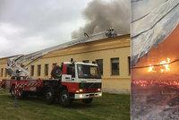 Ohnivé peklo na Náchodsku: Škoda přes 100 milionů, hasiči vyhráli boj s požárem!