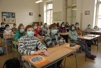 Koronavirus ONLINE: Děti budou mít povinnou školu i na dálku. A 288 nových případů v Česku