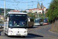"""50 autobusů jede demonstrativně Prahou: """"Hrozí nám krach,"""" upozorňují dopravci. Havlíčkovi předají návrhy"""