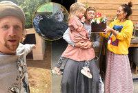 Tak trochu jiné narozeniny Tomáše Kluse: Boho výzdoba, oslavenec v sukni a slepice jako dárek!