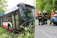 Srážka autobusu s autem u Podolanky v Praze-východ! Několik zraněných, pro řidiče osobáku letěl vrtulník