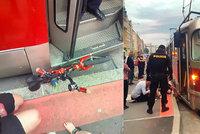 Dramatická záchrana: Chlapeček (6) s odrážedlem spadl do kolejiště a zasekl se pod tramvají!