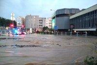 Potopa na Olšanském náměstí! Kvůli havárii vody je zaplavené, propadla se silnice