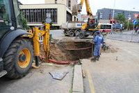 Olšanském náměstí po potopě! Dělníci s těžkou technikou začali opravovat propadlou se silnici