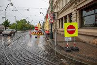 Smetanovo nábřeží: Pro auta ho v jednom směru uzavřeli kvůli předzahrádkám, nápad vzbuzuje rozporuplné reakce