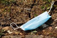 Použité roušky v parcích i u obchodů: Neodhazujte ochranné pomůcky na ulici, žadoní města
