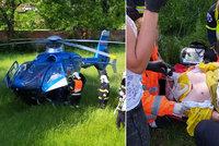 Motorkář u Berouna spadl i se strojem do potoka: Při nehodě přišel o nohu, život mu zachránili svědci