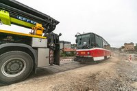 Velké stěhování 18 tramvají: Jeřáby je přetáhly do Hlubočep, budou jezdit v ostrovním režimu
