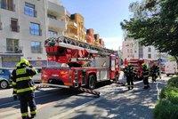 Ranní požár na Břevnově: Oheň propukl v kuchyni, jedna osoba zraněná