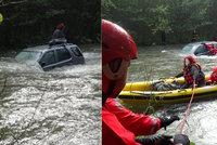 Řidič přejížděl autem rozvodněnou Morávku: Strhl ho proud! Na střeše zůstala žena a pes