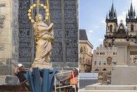 Mariánský sloup se vrátil na Staroměstské náměstí! Vztyčil ho jeřáb, práce se ale komplikovaly