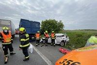 Kolony na D8! Silnici blokuje vážná nehoda auta a náklaďáku, pro muže (84) letěl vrtulník