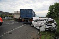 Kolony na D8! Silnici blokuje vážná nehoda auta a náklaďáků, pro stařečka (84) letěl vrtulník