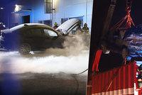 Hasiči vyjížděli k požáru hybridního BMW: Skončí v kontejneru, řekla mluvčí