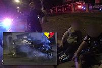 """VIDEO: """"Taxikář"""" (19) si v Praze dal závod s policisty. Neměl šanci, skončil ve zdi"""
