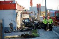 Auto zůstalo napadrť. V Novovysočanské najel bavorák do sloupu u benzinky, mladý řidič zemřel