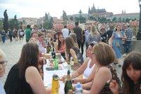Obří hostiny na Karlově mostě si všímají světová média. Pandemie neskončila, upozorňují na slova WHO