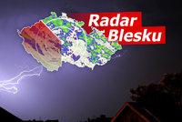 Na Česko se ženou silné bouřky, lijáky i kroupy a vichr až 70 km/h. Sledujte radar Blesku