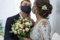 Svatby a pohřby nově maximálně pro 30 lidí. A hostina musí skončit do půlnoci