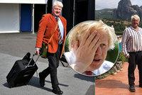 """Premiérův otec odletěl přes zákazy do vily v Řecku. """"Smrdí to,"""" útočí na Johnsona opozice"""