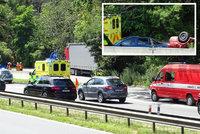 Auto skončilo na střeše: Dálnice D4 u Jíloviště byla kvůli nehodě zúžená