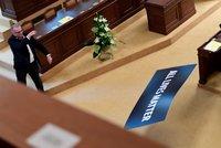 Mela ve Sněmovně: Kalousek vyhazoval transparent, Volný chtěl podpořit názory Zemana