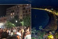 Megaparty na promenádě u pláže pobouřila Francouze. Starosta: Příště budou povinné roušky