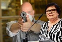 Češi se budou moci bránit se zbraní v ruce? Vláda je pro, Benešová zmínila vášnivou diskuzi