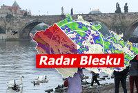 Letní teploty zchladil déšť, na Česko se opět řítí i bouřky. Sledujte radar Blesku