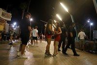Bez roušek i rozestupů. Úřadům došla trpělivost s bujarými večírky, bary na Mallorce zavřely