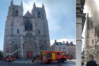 """Oheň zpustošil katedrálu v Nantes. Gotický """"šperk"""" někdo zapálil, bojí se vyšetřovatelé"""