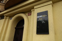 """""""První dáma"""" cembala se na Vinohradech dočkala pocty: Spolu s manželem ji připomíná pamětní deska"""