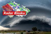 Bouřky po tropech: Nebeská podívaná i stromy padající na domy. Sledujte dál radar Blesku