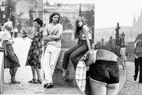 Máničky i městské drbny! Retro snímky zachycují svobodomyslnou náladu Karlova mostu!